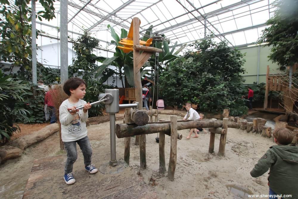 Orchideeën Hoeve met kinderen: even water pompen